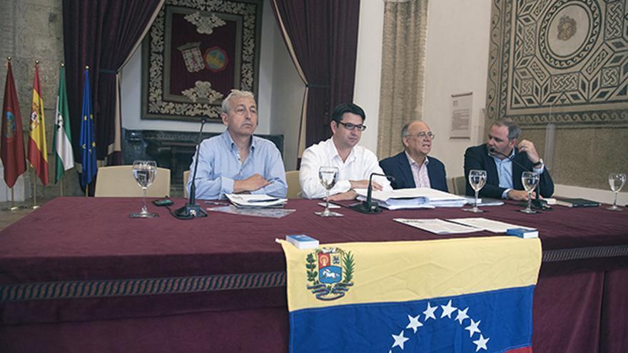 Mario Isea, segundo por la izquierda, en la mesa de debate.