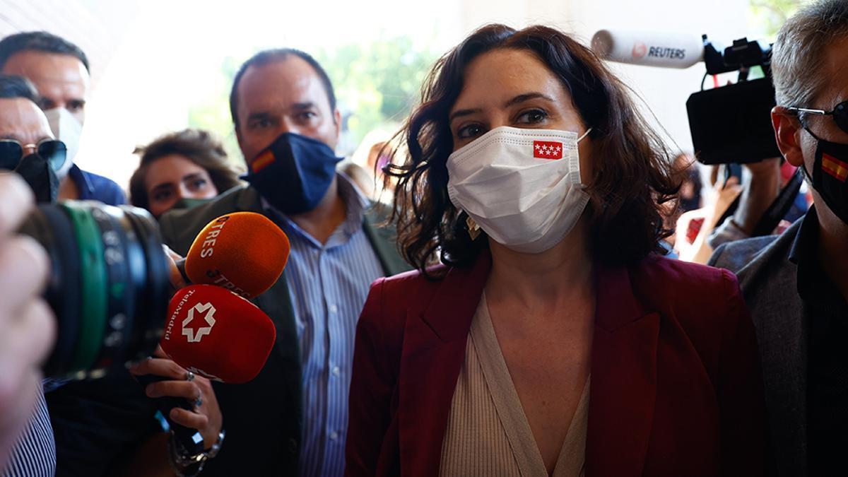 Isabel Díaz Ayuso ante el micrófono de Telemadrid