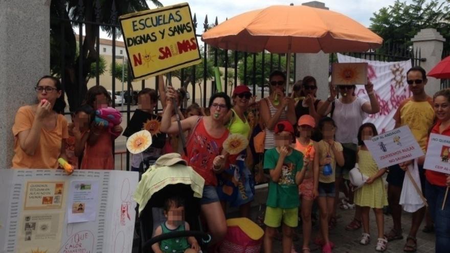 Concentración de familias en Andalucía reclamando #AulasNoSaunas. / @AMPAlandalus