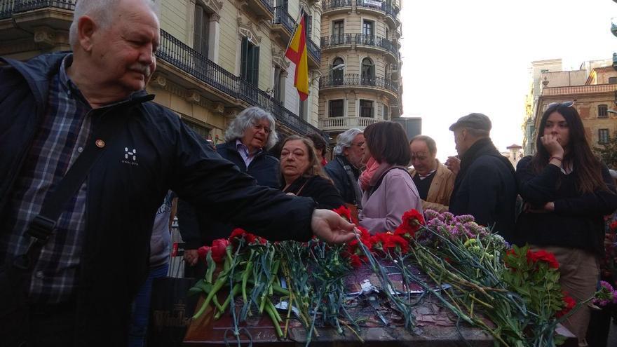 Víctimas de torturas en la comisaría de Via Laietana protestan contra el destrozo de la placa que recuerda la represión