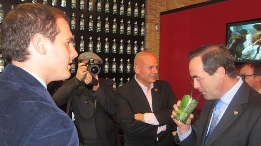 José Bono, en un cóctel con el 'pin' de Ciutadans. (Europa Press).