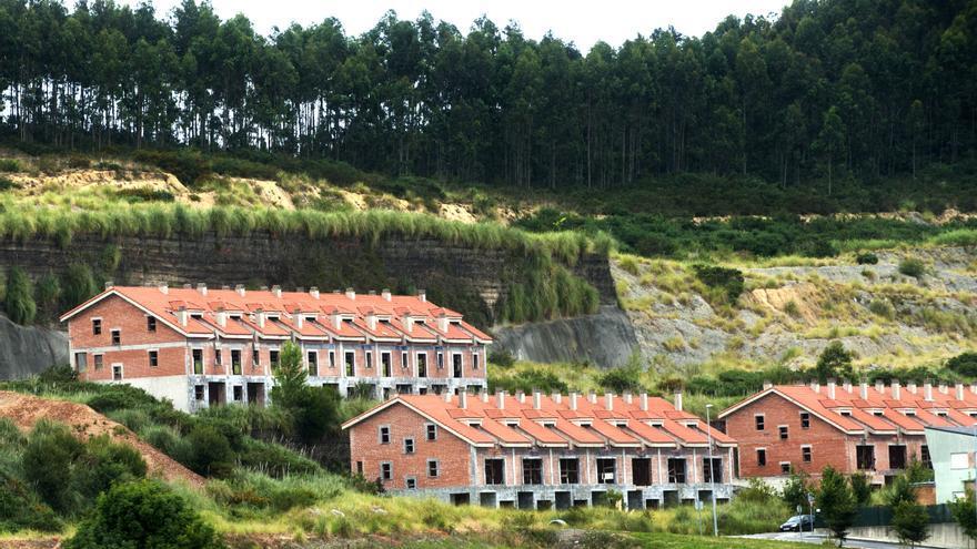 El monte fue literalmente desmontando para construir las casas, dejando taludes de 15 metros de altura.   JOAQUÍN GÓMEZ SASTRE