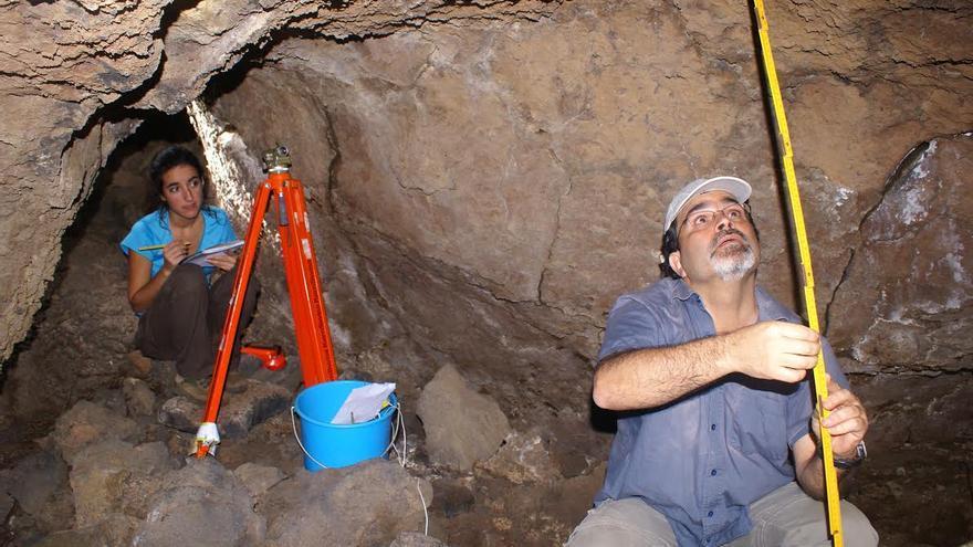 Nuria y Antonio Ángel durante la excavación arqueológica.