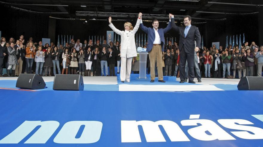 Esperanza Aguirre, Mariano Rajoy y Jesús Gómez en un acto de campaña de las municipales en abril de 2010 / Foto: EFE