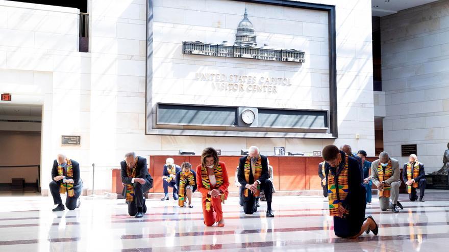 La Presidenta de la Cámara de Representantes de los Estados Unidos, Nancy Pelosi (C), el líder de la minoría del Senado Chuck Schumer (2-L) y otros legisladores demócratas se arrodillan mientras observan un momento de silencio para honrar a George Floyd y a las víctimas de la injusticia racial, en el Capitolio de Washington, DC, EEUU, el 8 de junio de 2020.