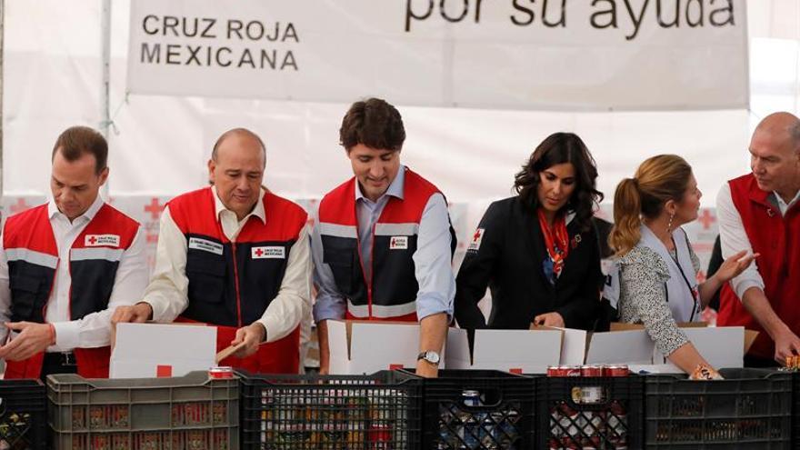 Trudeau monta despensas para damnificados de sismos en la Cruz Roja Mexicana