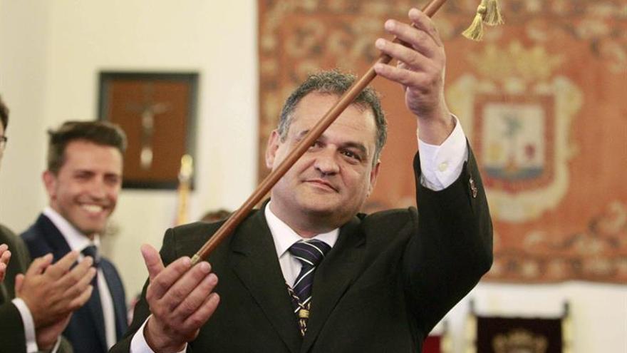 El nuevo alcalde mostró su bastón de mando ante un aforo abarrotado de seguidores de todas las formaciones.