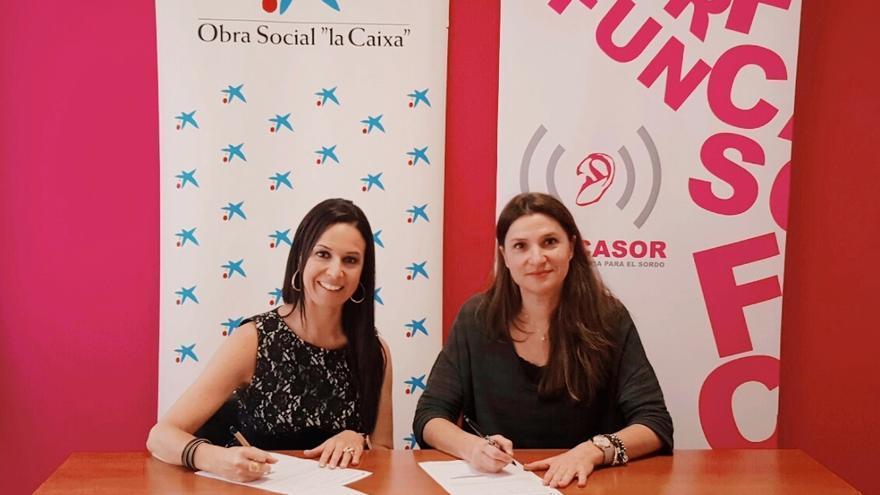 En la imagen, firma del convenio entre La Caixa y Funcasor.