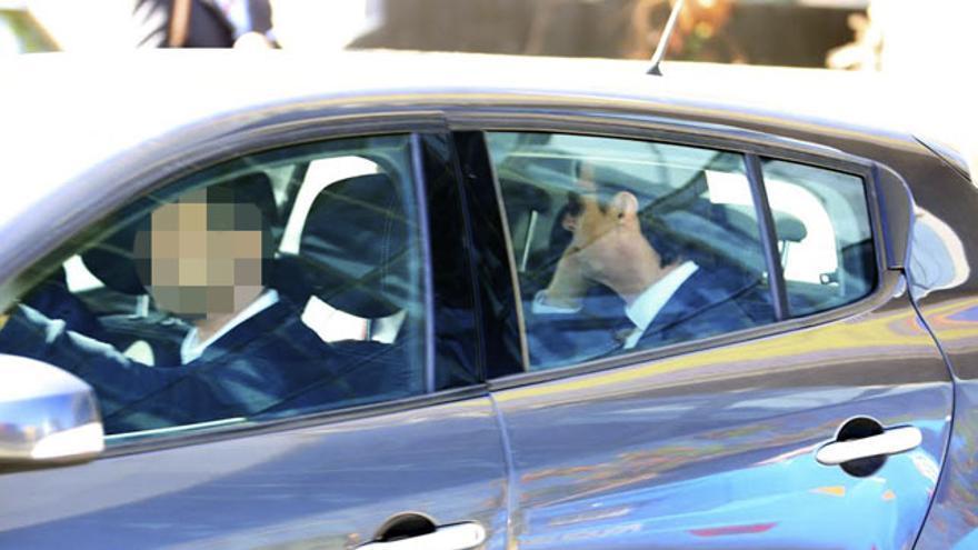José Manuel Soria sale en un coche policial tras declarar en la Ciudad de la Justicia de Las PAlmas de Gran Canaria. (ALEJANDRO RAMOS)