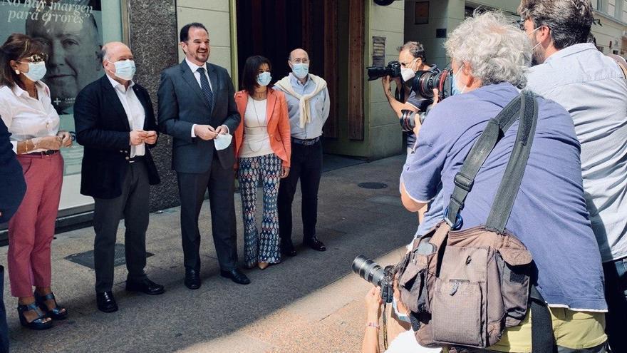 Iturgaiz, con otros miembros del PP, este martes en la inauguración de la sede de Vitoria