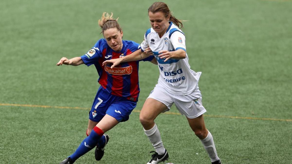 Kayla Adamek lucha por hacerse con la pelota contra Arene Altonaga