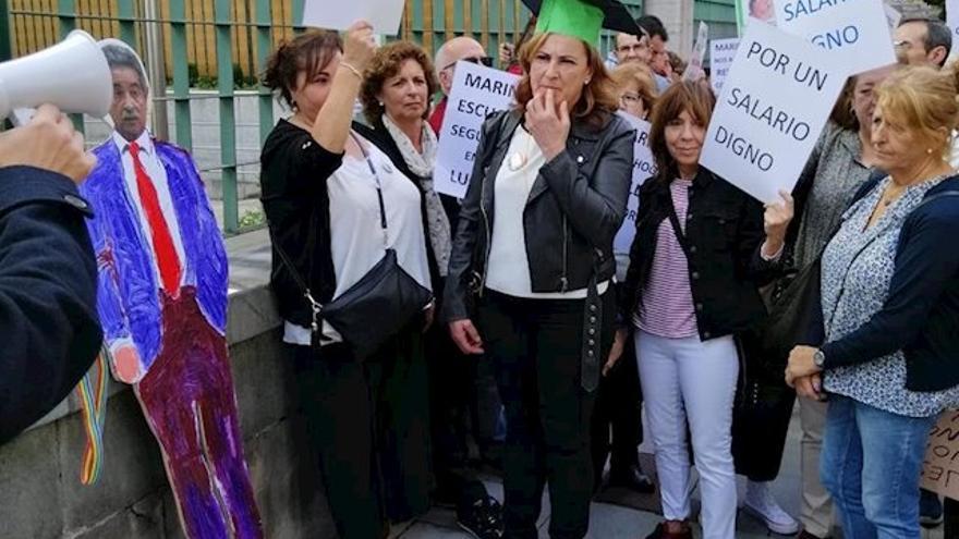 Conserjes de los centros educativos de Cantabria se concentran frente a la sede del Gobierno - PLATAFORMA DE SUBALTERNOS DE EDUCACIÓN