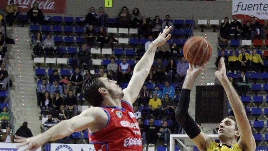 Juan P. Gutiérrez tira ante la defensa de Marko Banic, jugador del Tuenti Móvil Estudiantes. EFE/Cristóbal García