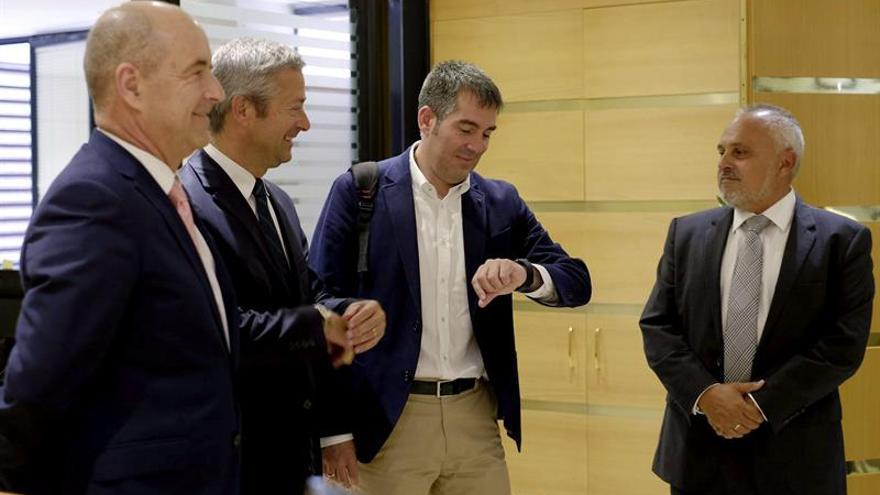 Fernando Clavijo y Pedro Ortega, con directivos de la Confederación Canaria de Empresarios. (EFE/Ángel Medina G.)