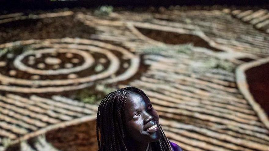 El corazón del desierto australiano se ilumina con diseños aborígenes