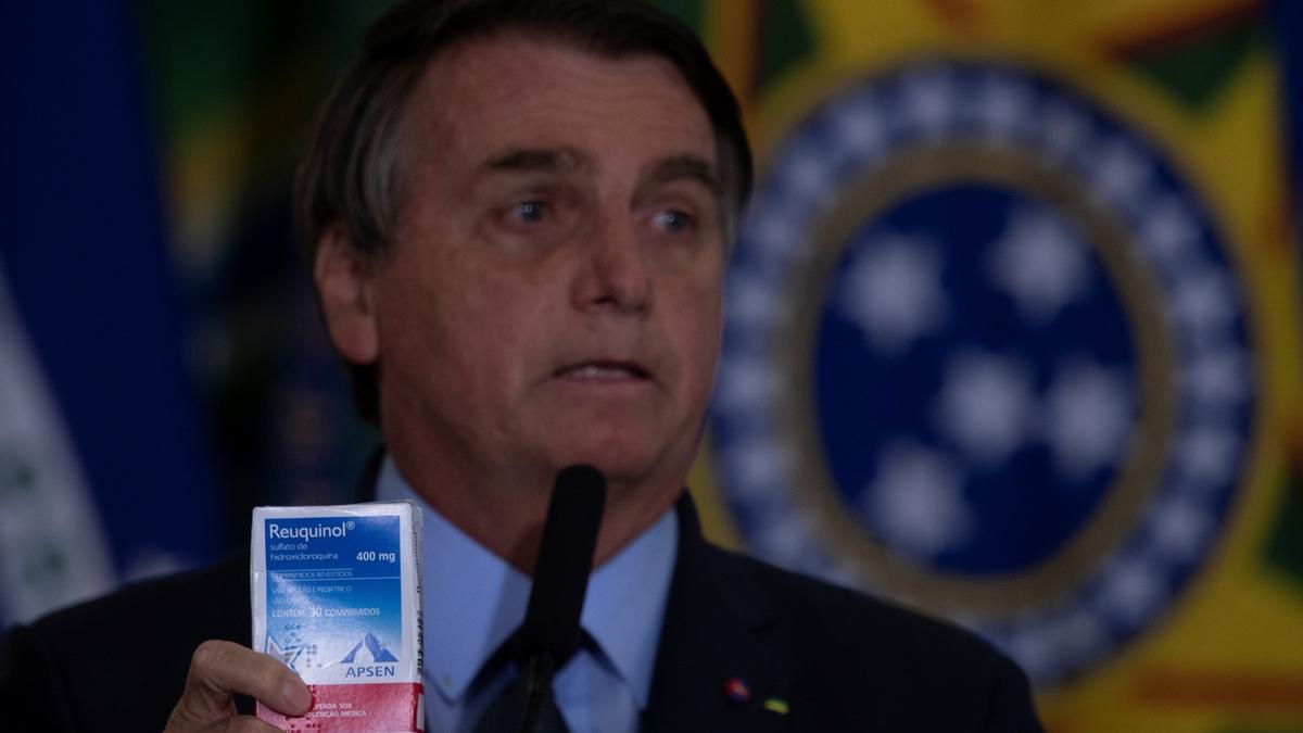 En la imagen, el presidente de Brasil, Jair Bolsonaro con una caja del medicamento hidroxicloroquina.