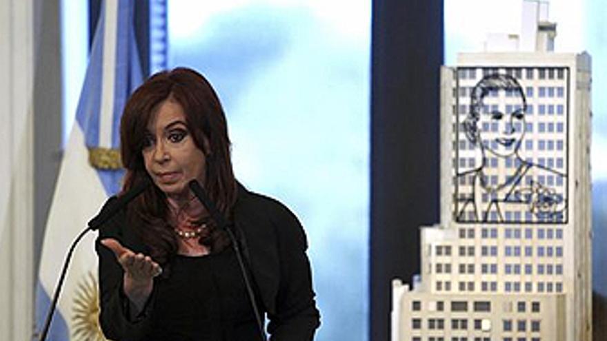 Cristina Fernández de Kirchner ante la imagen de Eva Perón. (REUTERS/EP)