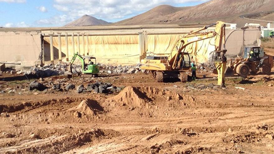 Una grave avería al caerse la pared de un depósito deja sin agua a Teguise y Haría.