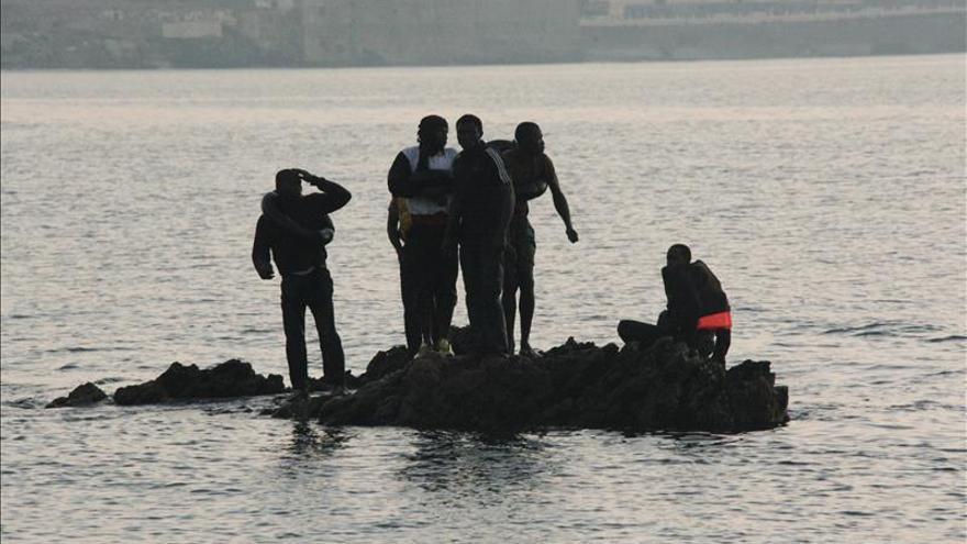 Dos inmigrantes entran en Ceuta nadando con flotadores