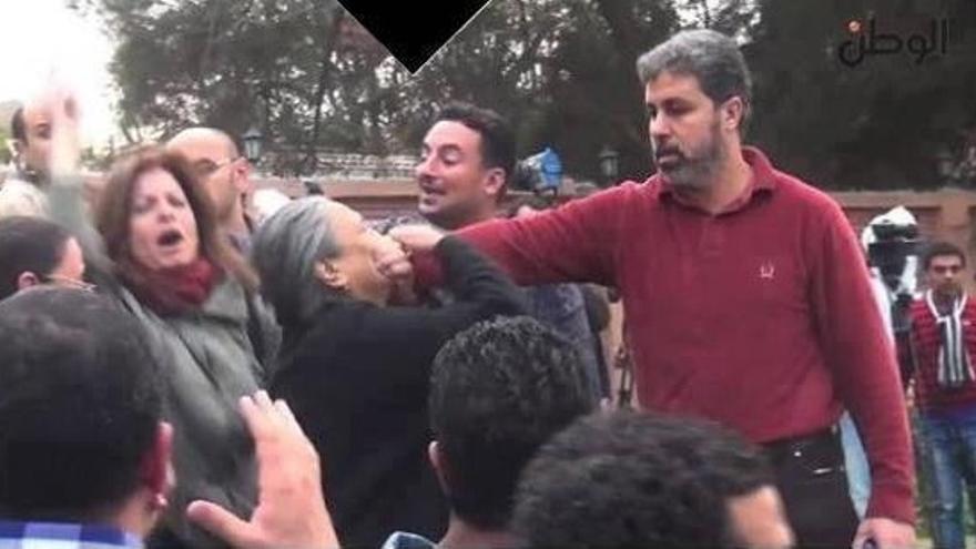 Un islamista tapa la boca a la activista Shahenda Mekled