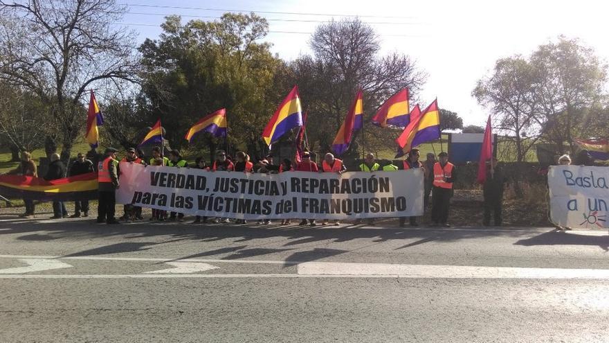 Protesta frente al Valle de los Caídos. FORO POR LA MEMORIA