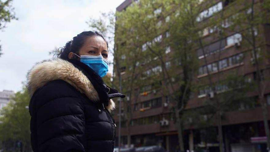 Daisy, una auxiliar del grupo Asispa, una de las tres empresas concesionarias del servicio del Ayuntamiento de Madrid, sale para hacerle la compra a una persona mayor en Madrid.