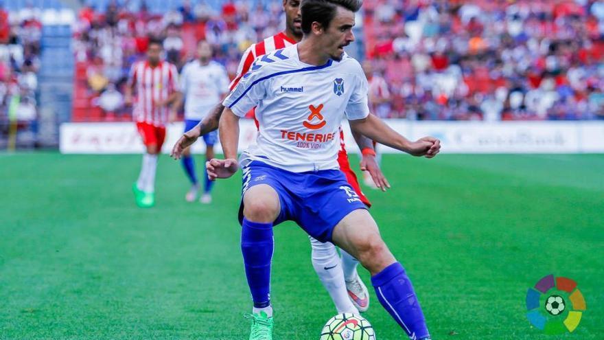 El lateral izquierdo vasco del CD Tenerife, Jon Aurtenetxe. (LALIGA).