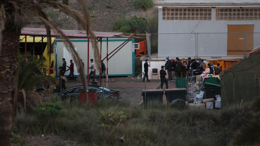 Más de cincuenta migrantes salen del CATE de Barranco Seco tras cumplir el máximo legal de 72 horas bajo custodia policial
