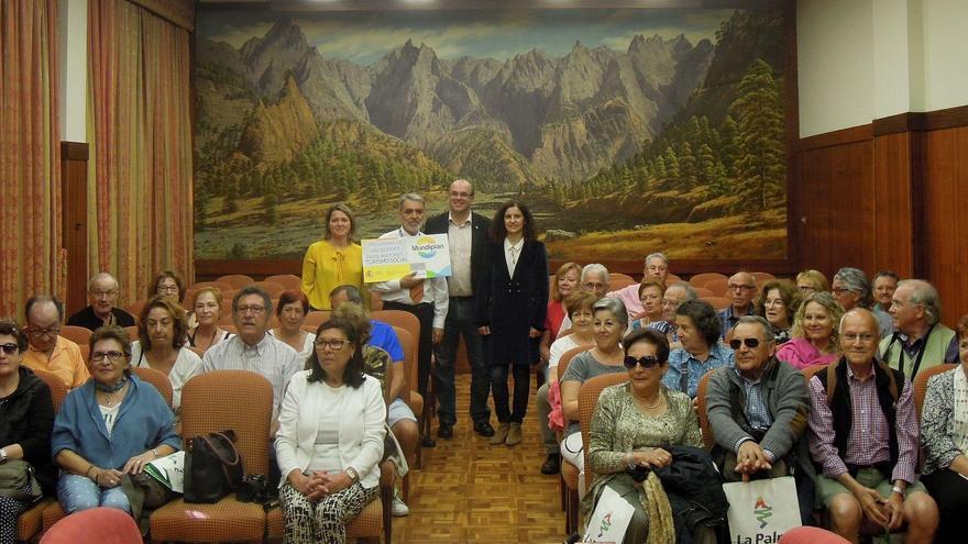 El grupo del Imserso, formado por más de 30 personas, con el presidente del Cabildo y las consejeras de Turismo y Servicios Sociales, en el Salón de Plenos.