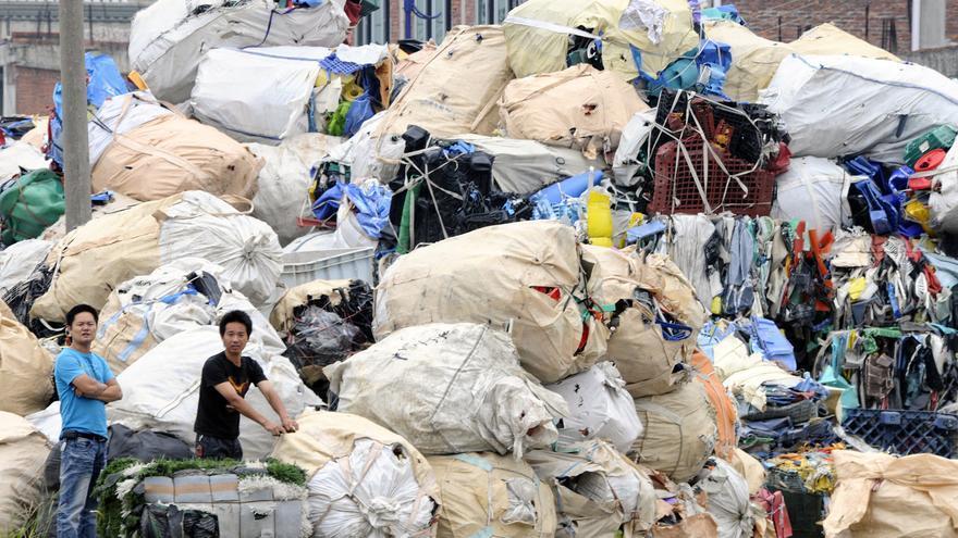 Toneladas de basura en las calles de Guiyu, una localidad del sur de China especializada en el reciclaje.