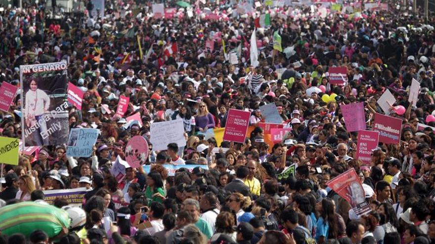 Una multitudinaria marcha rechaza la violencia contra la mujer en Perú