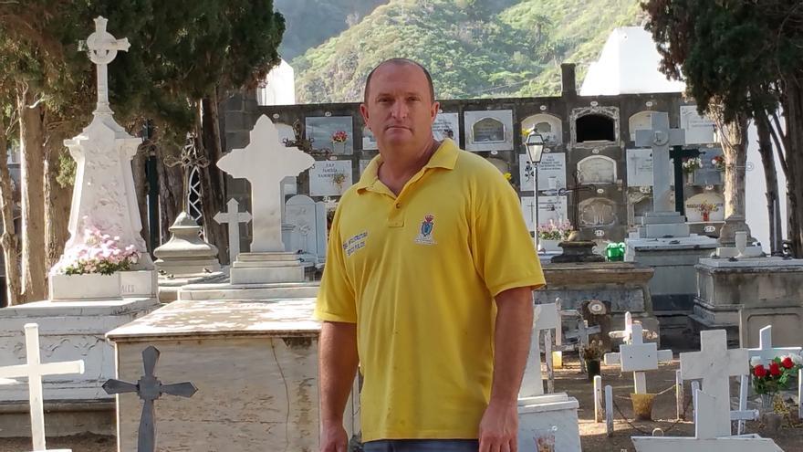 Santi Díaz López es sepulturero del cementerio de Santa Cruz de La Palma. Foto: LUZ RODRÍGUEZ.