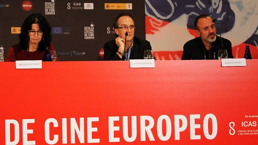 La directora del Centro de Estudios Andaluces, Mercedes de Pablos, junto al director del documental, Alfonso Domingo, y el actor Javier Gutiérrez.