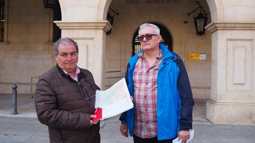 Enrique Marín y Ramón Perales, de Teruel Existe, en la presentación en la Subdelegación del Gobierno en Teruel de las alegaciones a la declaración de la Reserva