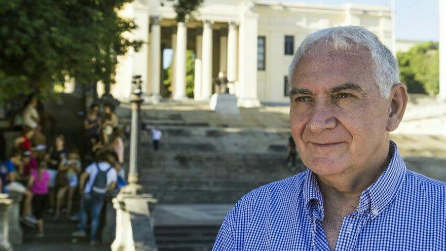 Joseba Sarrionaindia, posa en la entrevista frente a la Universidad de La Habana