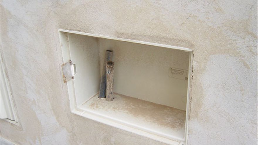 Cajas eléctricas sin acabar en Arinaga.