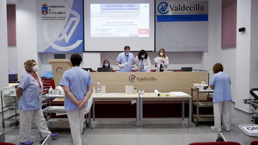 Archivo - Profesionales sanitarios en Valdecilla