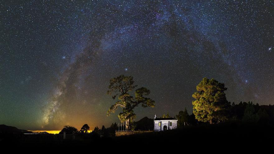 Primer premio en la modalidad 'Paisaje astronómico desde La Palma' del  Concurso Internacional de Astrofotografía La Palma 2017. Título: Pino de la Virgen. Autor: Alexis Javier Acosta Simón.