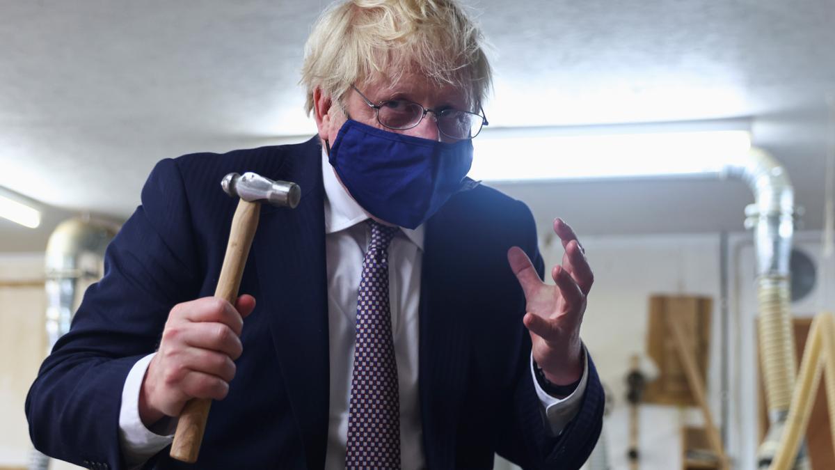 El primer ministro británico, Boris Johnson, durante una visita al taller de Scott Woyka Furniture en Falmouth.