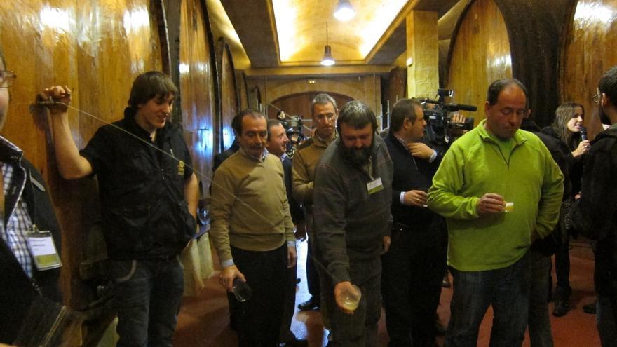 Sentados en mesas, con la sidra en botellas y sin platos para compartir: las sidrerías vascas se reinventan para ajustarse a las medidas contra la COVID-19