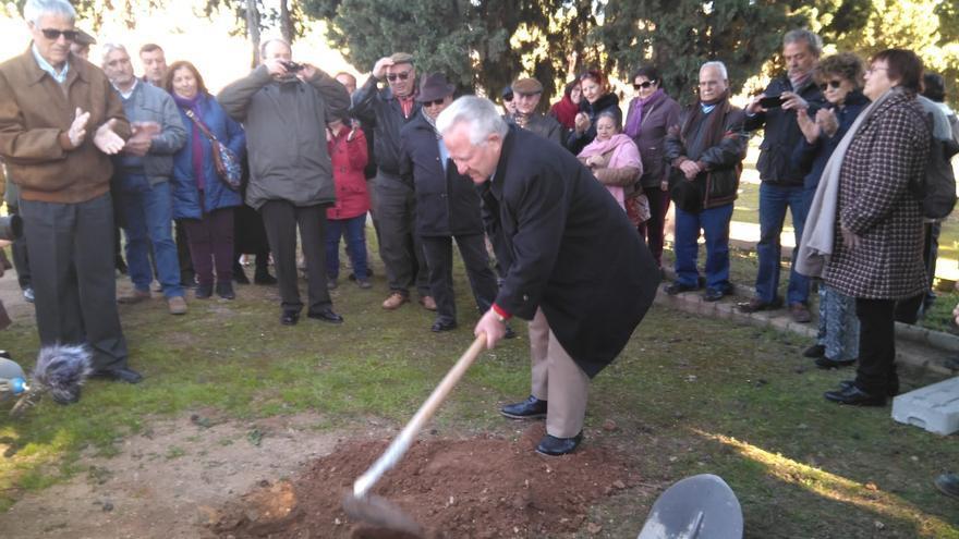 Un familiar de represaliados toma la azada en el inicio simbólico de las tareas de exhumación en Córdoba.
