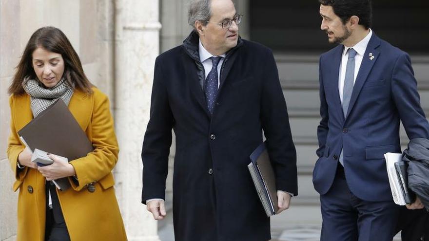 Los consllers Budó y Clavet flanquean al president Torra antes de la reunión del Govern