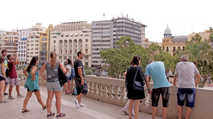 Varias personas en el balcón del ayuntamiento de Valencia