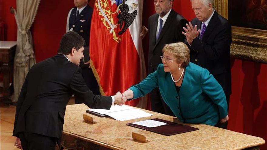 """Gobierno de Chile aplaza proceso de nueva Constitución """"por algunas semanas"""""""