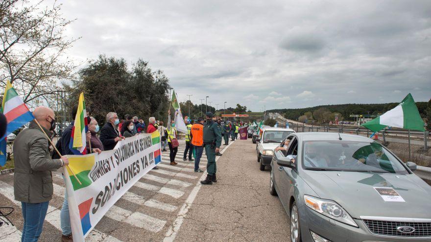 """Pie de foto: Vehículos colapsan la autovía A-4 para protestar por el """"abandono político"""" de la provincia de Jaén, 7 de marzo de 2021. EFE/ José Manuel Pedrosa"""