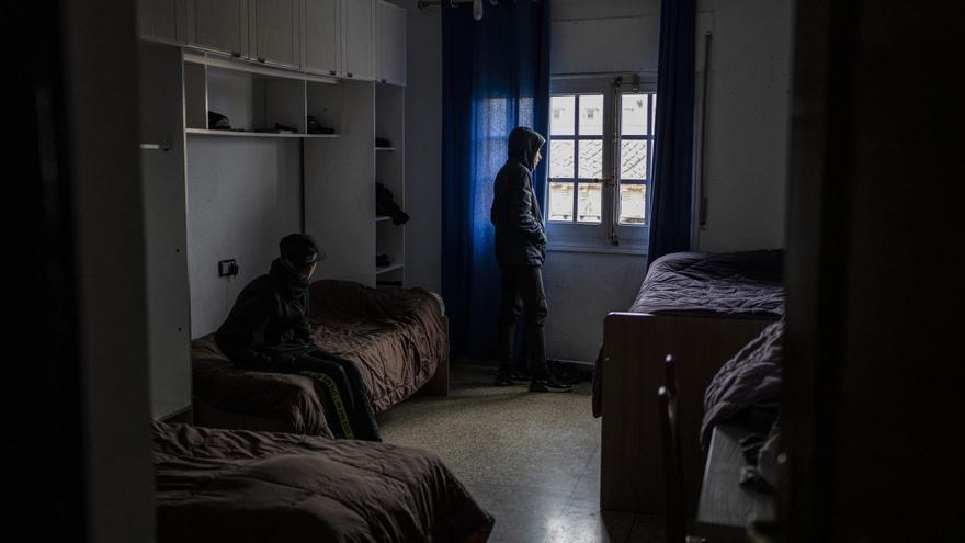 Dos de los menores acogidos por Accem descansan en su habitación.
