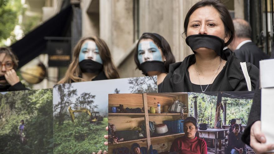 Amigos de la Tierra y Alianza por la Solidaridad entregaron el pasado jueves 23.000 firmas al embajador de Guatemala en España / Imagen: Amigos de la Tierra