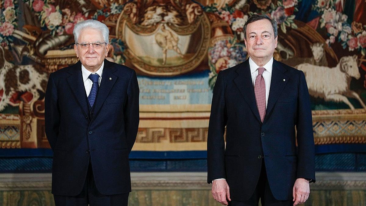 Mario Draghi (derecha), junto al presidente de Italia, Sergio Matarella (izquierda).