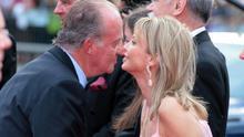 El rey saluda a su amiga Corinna Sayn-Wittgenstein durante un acto en 2006 / Foto: EFE/DPA