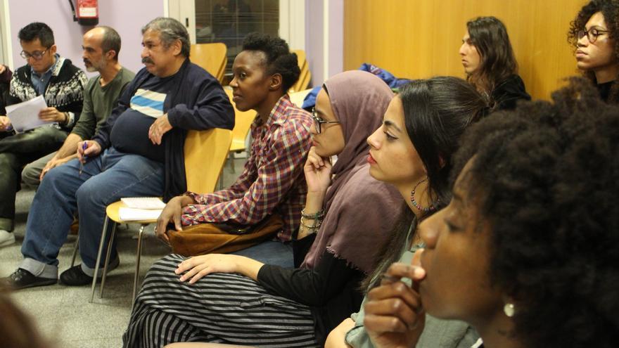 Representantes de diferentes comunidades racializadas participan en la asamblea.